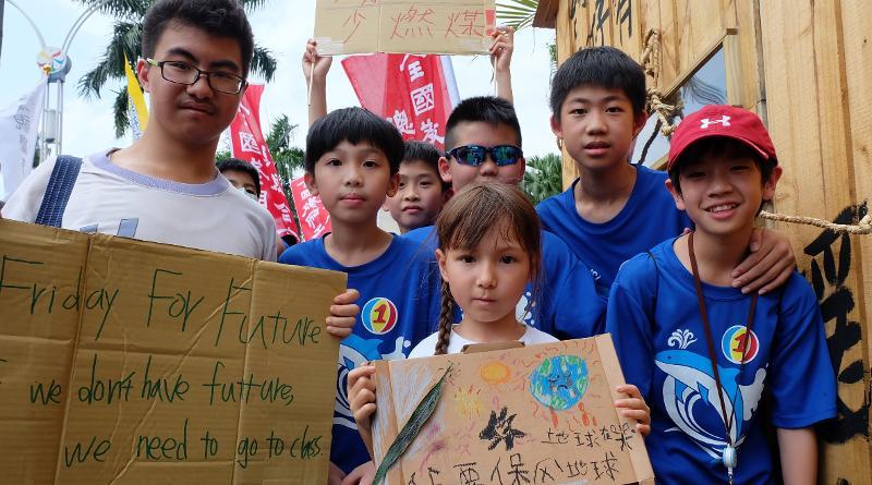 七歲小女生、11-12歲的國中生、以及高中生紛紛加入遊行行列。攝影:陳文姿