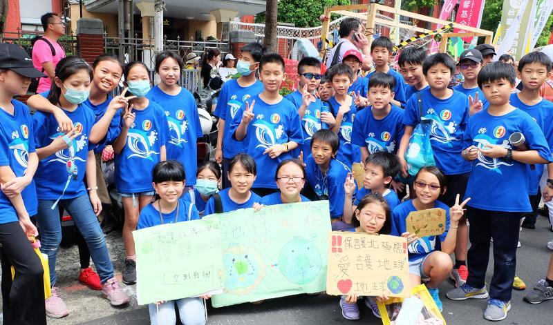 敦化國小學生的熱情為遊行帶來活潑氣息。攝影:陳文姿