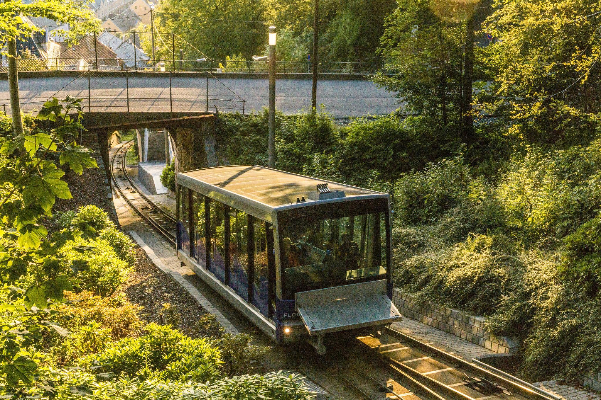 【卑爾根】Fløyen 佛洛伊恩山纜車與觀景台 — 擁抱文化港都的百萬美景